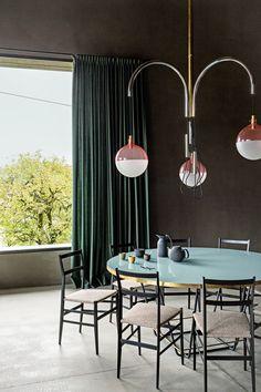"""Gio Pontis """"Leggera"""" ziert seit Jahrzehnten Wohnzimmer auf der ganzen Welt. Auch im Einklang mit Tisch und Leuchte von Dimore Gallery machen die Stuhl-Ikonen eine zeitlos elegante Figur. (Foto: Elias Hassos)"""