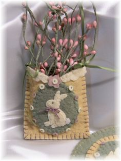 Vintage Bunnies Penny Rug/Candle Mat Set pdf by pennylaneprims Felt Crafts, Easter Crafts, Fabric Crafts, Crafts To Make, Spring Crafts, Holiday Crafts, Easter Tree Decorations, Felt Embroidery, Embroidery Scissors
