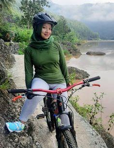 Bicycle Girl, Girl Hijab, Hijab Chic, Beautiful Hijab, Curvy, Poses, Bikers, Yup, Sexy