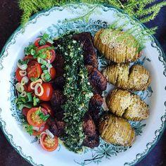 Dubbelmarinerade vegofiléer med chimichurri, tomatsallad och hasselbackspotatis (vegansk)   chimichurri vegetarian filets with hasselback potatoes and a tomato salad tuvessonskan.se