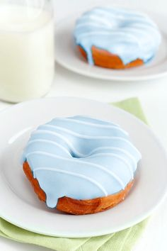 donuts, the perfect afternoon snack Delicious Donuts, Delicious Desserts, Yummy Food, Dessert Healthy, Yummy Yummy, Think Food, Love Food, Blue Donuts, Pink Desserts