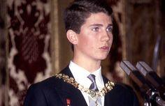 Don Felipe recibió del rey Juan Carlos con 13 años, convirtiéndose en uno de los caballeros más jóvenes del Toisón de Oro de la historia moderna, como ahora lo es la Princesa Leonor. Don Felipe juró la Constitución ante las Cortes, Congreso y Senado, reunidos en sesión conjunta, en cumplimiento del artículo 61.2 de la Carta Magna, el 30 de enero de 1986, en su 18º cumpleaños. En el acto estuvieron presentes sus padres, hermanas y abuelo.