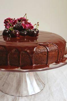 Bolo de chocolate e cerejas