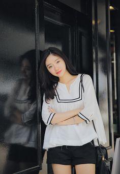 [슈가펀]스칼렛배색프릴블라우스 scarlet color frill blouse / 프릴블라우스 걸리시 페미닌 여름블라우스 캉캉 밑단플레어 배색 데일리룩 : 슈가펀