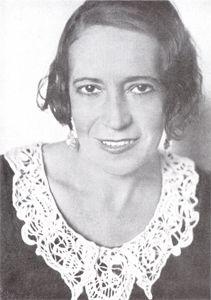 Aurora Bertrana fue una mujer cosmopolita, liberal, moderna e independiente se distanció del grupo de escritores catalanes de los años 30. Su experiencia vital y su especialización en prosa de viajes, la convertirán en una autora excepcional y única.