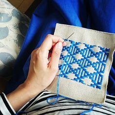 青森県・津軽地方の伝統工芸「こぎん刺し」。どことなく北欧の雰囲気漂う素朴な味わいや、繊細で美しい幾何学模様など。様々な魅力に溢れたこぎん刺しは、ひと針ひと針、ちくちく刺して仕上げる楽しさも人気の理由。今回はそんな大人気のこぎん刺しについて、基本の作り方や作品集などたっぷりご紹介します。素敵な作品を参考に、さっそくこぎん刺しにチャレンジしてみませんか?