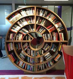 Креативный книжный шкаф