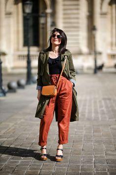 street style Paris look terracotta : pantalon rouille Mango, trench coat kaki Zara, sac Lancel, sandales Nice Things L'atelier d'al blog mode lifestyle #trench #lancel #bag #terracotta