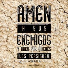"""""""Ustedes han oído que se dijo: """"Ama a tu prójimo y odia a tu enemigo."""" Pero yo les digo: Amen a sus enemigos y oren por quienes los persiguen..."""" Mateo 5:43-44 #Biblia #Palabra #ExploraDios"""