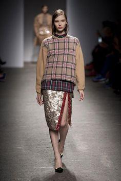 No. 21 Fall/Winter 2013/14 Milan | Italian Designer Alessandro Dell'Acqua Showcases His Latest Collection For No. 21 At Milan Fashion Week | #MFW #FW13 #AW13 #No.21 #sequins #crystals #Swarovski #ruby | Via: http://fashioncherry.co/no-21-fallwinter-2013-14-milan/#