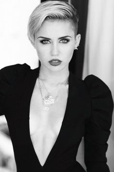 Is Miley Cyrus suicidal? The scandal noodle on the verge of a nervous breakdown Miley Cyrus it& psychologically pretty bad. The scandal noodle still mourns Rihanna Pixie Cut, Cabelo Miley Cyrus, Miley Cyrus Short Hair, Pretty People, Beautiful People, Beautiful Person, Short Hair Cuts, Short Hair Styles, Pixie Cuts