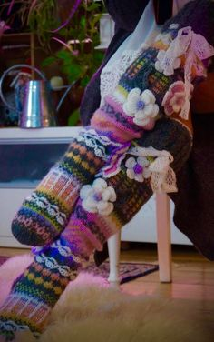 Hei ! Tervetuloa blogiini! Esittelen täällä lähinnä korttejani, neuleitani ja joskus jotain muutakin elämääni liittyvää ! Thick Socks, Knitting Socks, Leg Warmers, Crochet, Mittens, Magnolia, Diy And Crafts, Slippers, Fancy