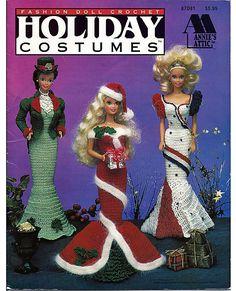 Je poppetje mode kunt aankleden voor elke vakantie in deze prachtige kostuums. Er is een groene St. Patricks day japon met hoed, een rode kerst jurk met GLB, rood, wit en blauw jurk voor vierde van juli, Sparkle met hart voor Valentijnsdag, zwarte heksen kostuum voor Halloween en roze en pastel jurk voor Pasen. Elk is een kunstwerk.  Er is zelfs een beeldscherm vorm patroon te maken, zodat de poppen kunnen op zichzelf staan. Het formulier is haakwerk, gevuld met polyester mousse en knikkers…