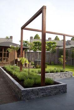 Supermooie strakke houten belijning voor in de tuin