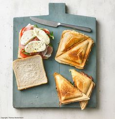 Sandwich with Cyber Mozzarella, Tomatoes and Parma Ham .- Sandwich with mozzarella, tomatoes and parma ham - Fingers Food, Healthy Snacks, Healthy Recipes, Sandwich Recipes, Deli Sandwiches, Food Inspiration, Chicken Recipes, Food Porn, Easy Meals