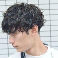 いいね!371件、コメント1件 ― メンズヘアスタイル 並木一樹 メンズヘア メンズヘアーさん(@bridge_namiki_men)のInstagramアカウント: 「お客様のStyle ・ ツイストランダムスパイラルパーマ🌿 ・ くしゃくしゃっとラフなけだるい感じに🌿 パーマ仕上げはルシケアミルク3🙌🏻✨ オシャレなメンズヘアなら並木まで😆👍🏻🌿…」 Permed Hairstyles, Boy Hairstyles, Medium Hair Styles, Curly Hair Styles, Hair Medium, Men Perm, Pop Hair, Short Curly Hair, Haircuts For Men