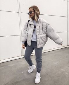 a grey t shirt, grey sporty pants, white trainers and socks, a grey padded jacket and a black bag Trendy Fall Outfits, Casual Winter Outfits, Winter Fashion Outfits, Retro Outfits, Look Fashion, Stylish Outfits, Sporty Fashion, Beach Outfits, Casual Attire