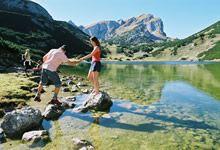 Über Stein zum Seeufer Zireiner See © #Alpbachtal Seenland Tourismus by austria.info/at