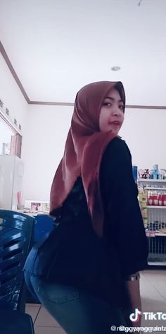 Arab Girls Hijab, Girl Hijab, Muslim Girls, Beautiful Muslim Women, Beautiful Hijab, Curvy Women Fashion, Womens Fashion, Asian Cute, Hijab Chic