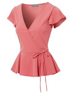 Even old-fashioned filles are falling for the chic, updated style of our new wrap top blouse! Blouse Styles, Blouse Designs, Classy Outfits, Cute Outfits, Mein Style, Wrap Blouse, African Fashion, Blouses For Women, Fit Women