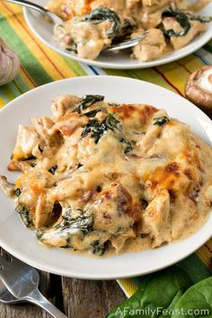 This Keto Chicken Cheese Bake is loaded with tender pieces of chicken, mushrooms, bacon and spinach in decadent cream sauce. This Keto Chicken Cheese Bake is loaded with tender pieces of chicken, mushrooms, bacon and spinach in decadent cream sauce. Poulet Keto, Cena Keto, Comida Keto, Diet Recipes, Healthy Recipes, Delicious Recipes, Sauce Recipes, Recipes Dinner, Dessert Recipes