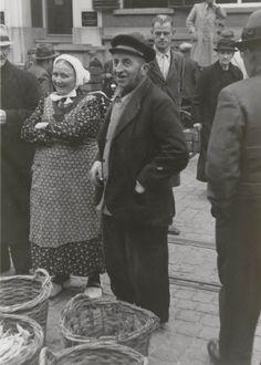 Boer en Boerin op Zutphense markt. ca 1942 #Gelderland #Achterhoek #Saksen