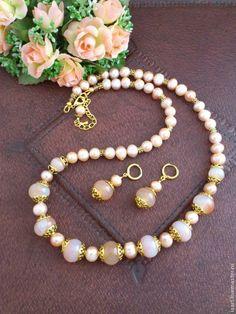 Купить Бусы и серьги из жемчуга персикового цвета и агата Комплект из жемчуга - бежевый
