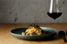 1つの料理とワインだけの新スタイルレストラン「OUT」が渋谷に | Fashionsnap.com