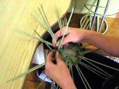 video kulaté dno dvojitý kříž Cardboard Crafts, Basket Weaving, Youtube, Fun, Decorated Boxes, Hampers, Recycle Paper, Christmas Themes, Cartonnage