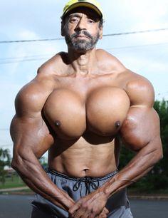 Este tierno niño hoy tiene 48 años y se ve como Hulk. Sus músculos podrían llegar a matarlo