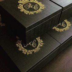 Luxo e sofisticação para seus padrinhos. Caixa em courino com bordado do seu monograma.  @ateliecrisetiago #casamento #wedding #casar #casarnoes #noiva #noivasdeluxo #noivinha #caixapais #caixaemcouro #caixaparamadrinhas #caixaparapadrinhos #convitepadrinhos #convitecasamento #casamentodeluxo #caixa #caixaemtecido #caixapersonalizada #caixacasamento #weddingbox #weddinggift #wedding #bride #lembranca #lembrancinha #lembrancapadrinhos #lembrancamadrinha #ateliecrisetiago #inspiration…