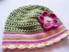 Nějak si nemůžu pomoct, ale mám pocit, že mírně děrovanou čepku v tomto nešťastném způsobu jara ještě hojně využijete. Alespoň Meluzínka v ... Knit Crochet, Crochet Hats, Cute Hats, Knitted Hats, Girls Dresses, Beanie, Knitting, Crocheting, Summer