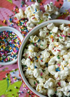 Sweet and Salty Cake Batter Popcorn with Rainbow Sprinkles Gourmet Popcorn, Popcorn Recipes, Snack Recipes, Poparazzi Popcorn, Confetti Popcorn Recipe, Popcorn Flavours, Bacon Popcorn, Easy Recipes, Funfetti Kuchen