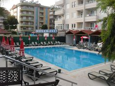 Территория отеля с бассейном.