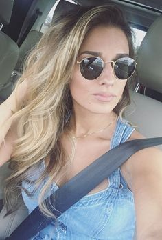 Jessie James Decker wears Ray-Ban Round Metal Sunglasses and 7 For All Mankind Culotte Jumpsuit Jesse James Decker Hair, Messy Hairstyles, Pretty Hairstyles, Hair Inspo, Hair Inspiration, Hot Hair Colors, Jessie James, Brown Hair With Highlights, Blonde Color