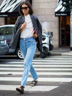 Inspiration look casual chic avec des Birkenstock Arizona noires, une veste tailleur et un jean taille haute bleu >> http://www.taaora.fr/blog/post/look-mules-birkenstock-arizona-noir-jean-taille-haute-blazer-bleu-gris #birkenstock #outfit