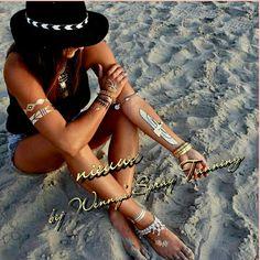 Onze Ibiza Tattoos Chic set zijn de metallic tattoos die je bv bij een mooie jurk kan dragen zodat je volop in de schijnwerpers staat. Combineer deze Ibiza Tattoos met je eigen sieraden, pimp je look met meerdere Ibiza tattoos en maak je eigen unieke look. Nog nooit eerder waren de tijdelijke Ibiza tattoos zo mooi. www.trendyonline.nl