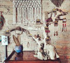 "Accesorios para dama en diferentes colores y modelos. Pulseras, aretes y anillos hechos a mano con okoxal. Handmade women´s accessories made with ""okoxal"" (leaf of the pine tree). Earrings, bracelets and rings."