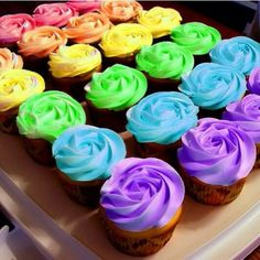 Cupcakes make people happy! ☺️ I love cupcakes! Cupcakes Arc-en-ciel, Rainbow Cupcakes, Cupcake Cakes, Rainbow Icing, Cup Cakes, Pretty Cupcakes, Rainbow Roses, Flower Cupcakes, Purple Cupcakes