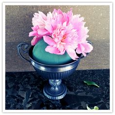 Share →00028 This is an incredibly easy project to do, and great for those who want to do their own flowers but don't have any arrangement experience. The whole thing cost me about $25, but I also had access to inexpensive peonies at my local farmer's market. Pricing this out at a floral wholesaler is …