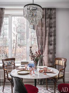 Столовая. Бокалы бренда Van Verre. К столу и стульям Tulip и добавлена пара антикварных кресел