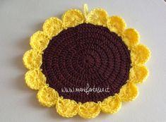 presina uncinetto girasole schema tutorial - manifantasia Crochet Placemats, Crochet Doilies, Crochet Flower Patterns, Crochet Flowers, Diy Crafts Coasters, Crochet Sunflower, Crochet Round, Crochet Crafts, Free Knitting