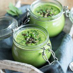 Diese grüne Suppe lässt selbst Popeye schwach werden: Spinat und süße Erbsen machen mit etwas Sahne und Toppings, als Cremesuppe im Glas so richtig was her.