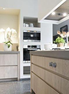 Mooie kleur hout voor keukeneiland greeploze lades. Goede combinatie met betonlook aanrecht.