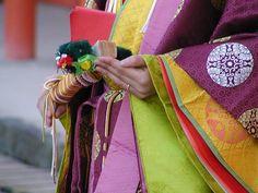 十二単 Woman wearing junihitoe carrying a cypress wood fan