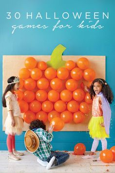 The Best Halloween Games for Kids: Planning a Halloween Party for Kids? Here are of the most fun Halloween Games for Kids ever! These easy DIY Halloween Party Games for kids are sure to be a HUGE hit at your kids Halloween Party! Halloween Infantil, Soirée Halloween, Halloween Games For Kids, Holidays Halloween, Holloween Games, Halloween Juegos, Halloween Balloons, Halloween Projects, Childrens Halloween Party