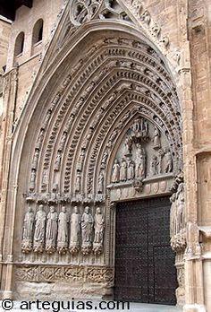 """La Pulchra Leonina, como así se llama a la Catedral de León, es la más """"francesa"""" de las grandes catedrales góticas españolas del siglo XIII. Su relación con la catedral de Reims es evidente en la planta y Amiens y Beauvais, en el alzado."""