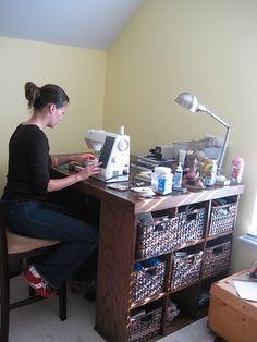 Mesa de trabajo, en um rinxom del hogar, con espacio de almacenamiento en um lateral