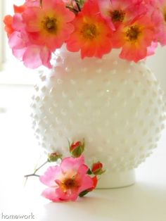 Milk Glass What a look-a-like! Make this faux Fenton Hobnail vase with puffy paint and follwed by a layer of white acrylic paint. Puff Paint, White Spray Paint, White Acrylic Paint, Diy Craft Projects, Fun Crafts, Diy And Crafts, Craft Ideas, Vase Crafts, Project Ideas