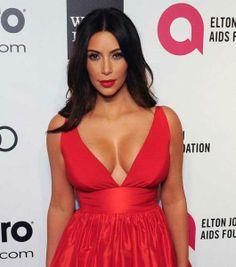 Con un vestido rojo infartante
